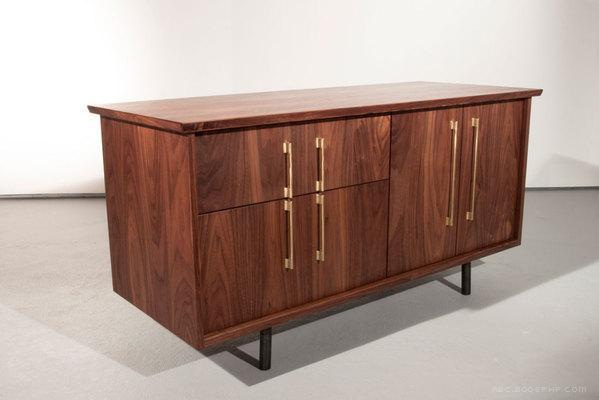 简单优雅的The TOKEN美国硬木餐具柜设计-为用户提供了一种精密水准的清洁和复杂解决方案,可以进行定制,以适应在家中或办公室的各种用途---酷图编号1102412