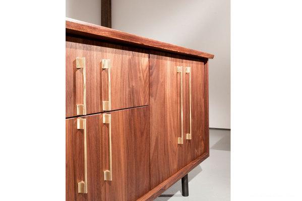 简单优雅的The TOKEN美国硬木餐具柜设计-为用户提供了一种精密水准的清洁和复杂解决方案,可以进行定制,以适应在家中或办公室的各种用途---酷图编号1102413