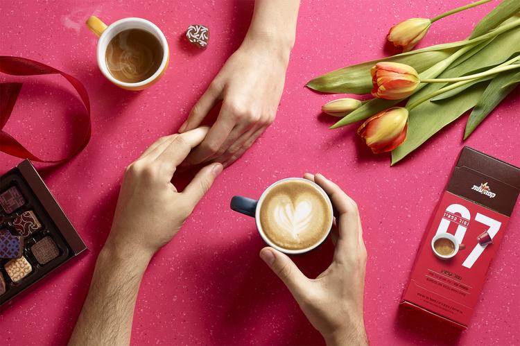 鼓励你停下来闻一闻的咖啡-精英咖啡胶囊,为你提供一个非常方便的方式来享受一杯新鲜煮的咖啡,这些小杯子让你的早晨日常工作更容易。享受你的午餐,与朋友聊天,或者你吃一些五颜六色的马卡龙。---酷图编号1159784