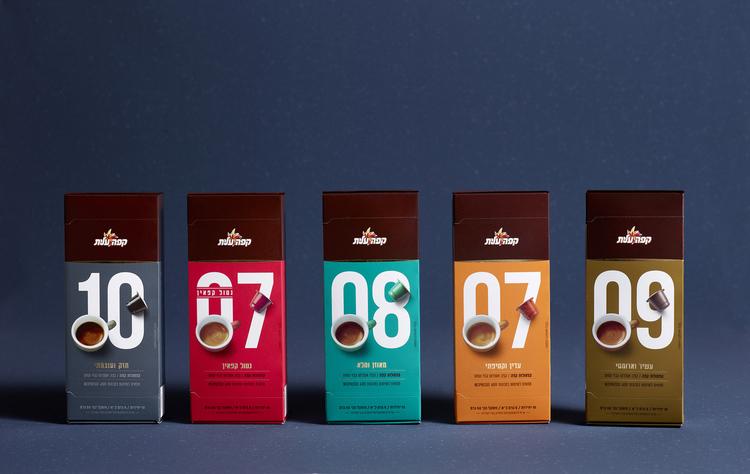 鼓励你停下来闻一闻的咖啡-精英咖啡胶囊,为你提供一个非常方便的方式来享受一杯新鲜煮的咖啡,这些小杯子让你的早晨日常工作更容易。享受你的午餐,与朋友聊天,或者你吃一些五颜六色的马卡龙。---酷图编号1159786