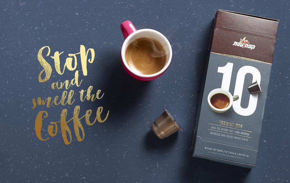 鼓励你停下来闻一闻的咖啡-精英咖啡胶囊,为你提供一个非常方便的方式来享受一杯新鲜煮的咖啡,这些小杯子让你的早晨日常工作更容易。享受你的午餐,与朋友聊天,或者你吃一些五颜六色的马卡龙。---酷图编号1159789