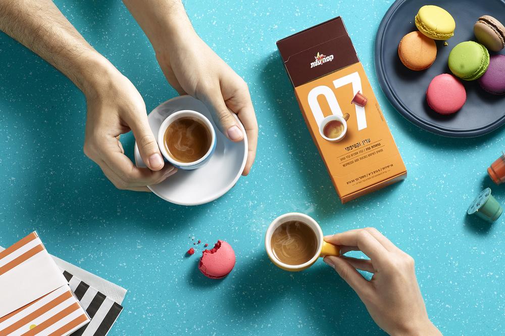 鼓励你停下来闻一闻的咖啡-精英咖啡胶囊,为你提供一个非常方便的方式来享受一杯新鲜煮的咖啡,这些小杯子让你的早晨日常工作更容易。享受你的午餐,与朋友聊天,或者你吃一些五颜六色的马卡龙。---酷图编号1159790