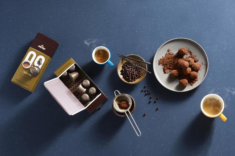 鼓励你停下来闻一闻的咖啡-精英咖啡胶囊,为你提供一个非常方便的方式来享受一杯新鲜煮的咖啡,这些小杯子让你的早晨日常工作更容易。享受你的午餐,与朋友聊天,或者你吃一些五颜六色的马卡龙。---酷图编号1159791