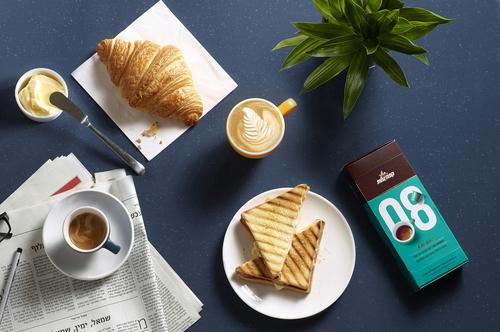 鼓励你停下来闻一闻的咖啡-精英咖啡胶囊,为你提供一个非常方便的方式来享受一杯新鲜煮的咖啡,这些小杯子让你的早晨日常工作更容易。享受你的午餐,与朋友聊天,或者你吃一些五颜六色的马卡龙。---酷图编号1159793