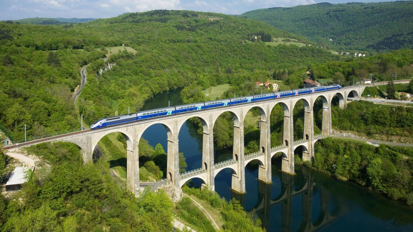 高清晰行驶在高桥上的观光火车唯美风景壁纸下载封面大图