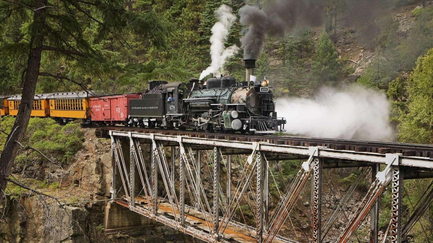 高清晰行驶在高桥上的观光火车唯美风景壁纸下载---酷图编号1159973