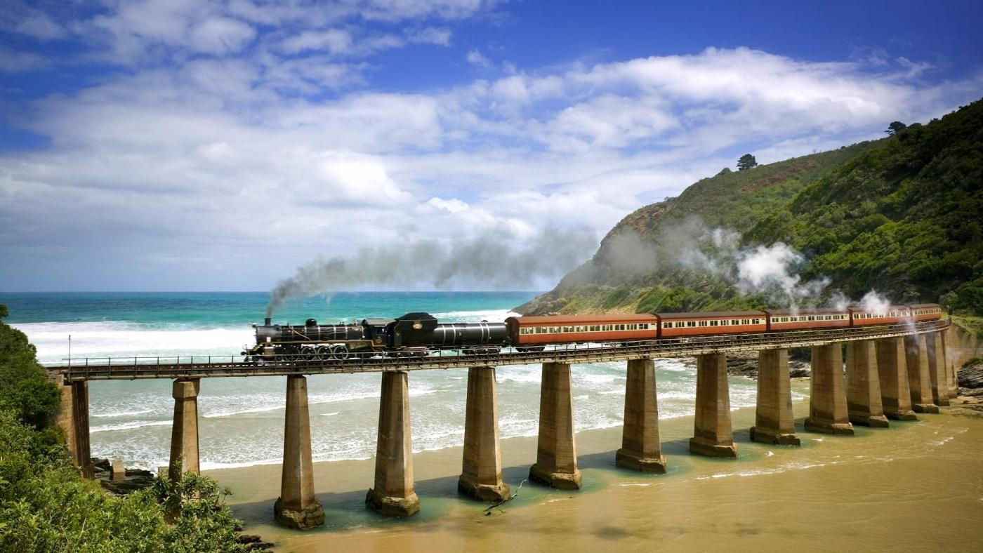 高清晰行驶在高桥上的观光火车唯美风景壁纸下载---酷图编号1159974