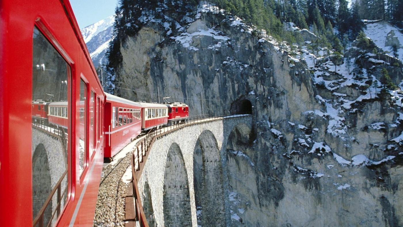 高清晰行驶在高桥上的观光火车唯美风景壁纸下载---酷图编号1159975