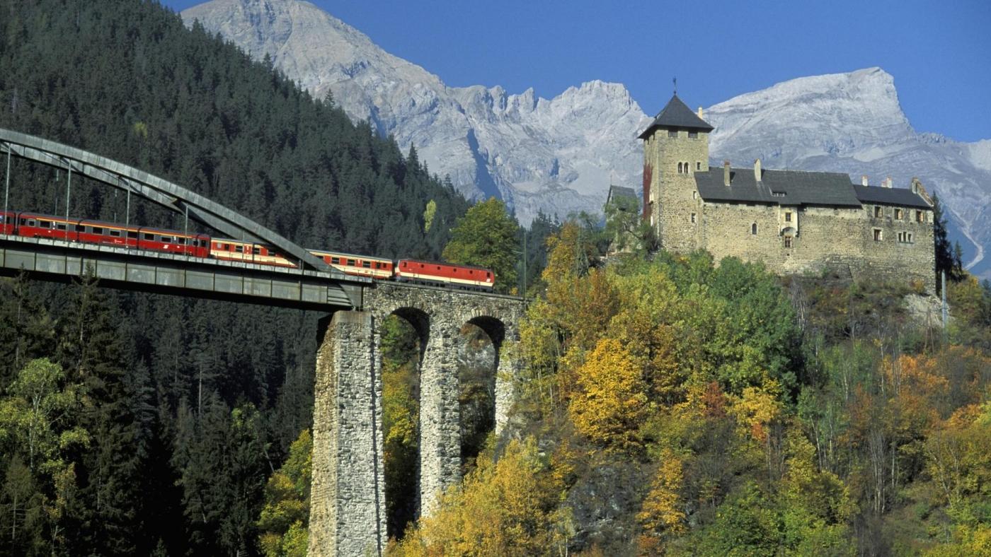 高清晰行驶在高桥上的观光火车唯美风景壁纸下载---酷图编号1159976