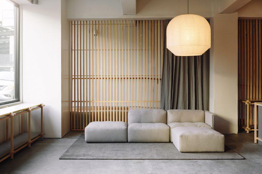 日本在新西兰设计的生态时尚服装商店-这些服装店由一系列板条木板定义---酷图编号1203105