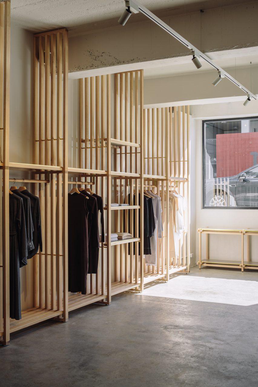 日本在新西兰设计的生态时尚服装商店-这些服装店由一系列板条木板定义---酷图编号1203106
