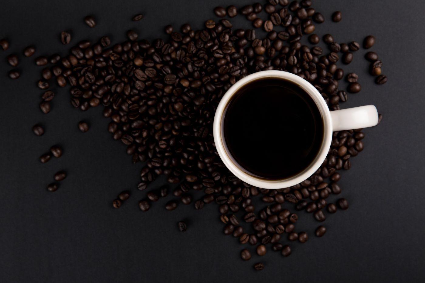 高清晰白色杯子与咖啡豆壁纸封面大图