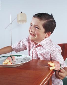 国外ACHIM LIPPOTH餐桌上的小孩