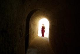 山洞口边缘的女人-Dream梦摄影欣赏