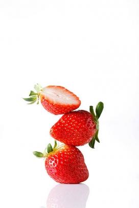 两张新鲜草莓叠罗汉素材图