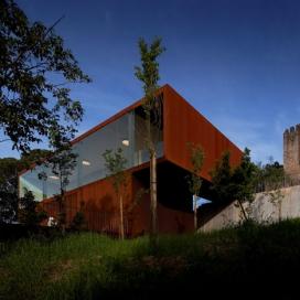葡萄牙建筑师Comoco-城堡中的的咖啡厅和木制凉亭