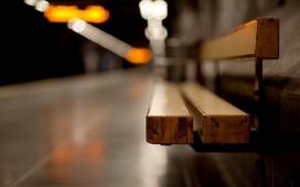 高清晰公交地铁车站木头板凳