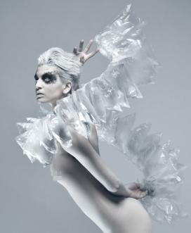 空降者-塑料泡沫和管透明时装