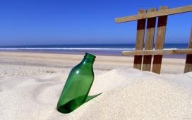 高清晰沙滩中的漂流瓶壁纸