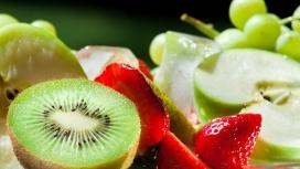 高清晰水果-被切开的猕猴桃与草莓壁纸