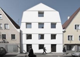 巴伐利亚方形格子窗和双重斜坡屋顶轮廓的联排别墅,房子被分成两个属性,每个都有自己的入口,从前面的街道,德国SoHo建筑学机构作品