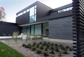 加拿大现代黑与白的两层现代住宅楼-Guido Costantino建筑师作品