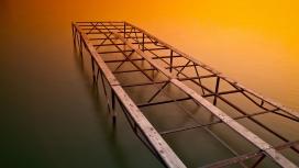 https://www.2008php.com/高清晰延伸到水里的栏杆路
