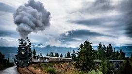 高清晰复古的冒烟火车车程