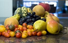 厨房柜台上的水果聚宝盆