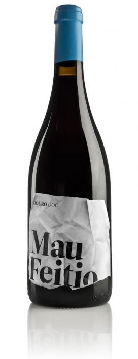 标签皱巴巴的Mau Feitio木桶葡萄酒