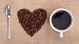 新鲜的心型咖啡豆拼图摆设与刀叉杯子