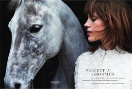 马术女椅子-Bazaar芭莎英国-田园风光恋情的完美修饰,旅居英国乡村生活的骑士女人