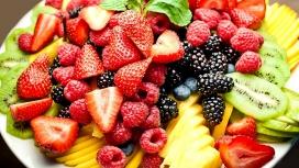 草莓桑葚猕猴桃水果盘