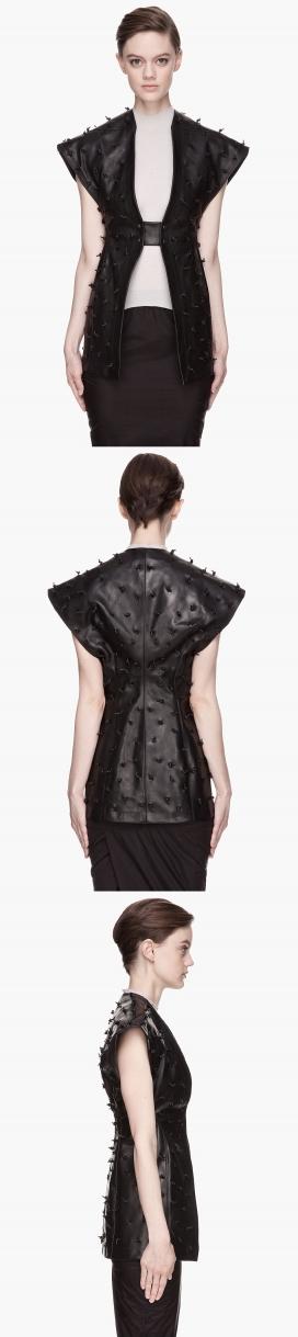 Rick Owens的黑色皮革结云集-女性甲壳背心时装秀