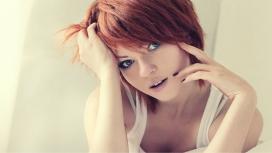 穿背心的红发女