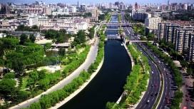 两边绿色植物的护城河