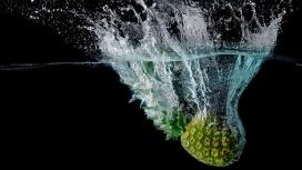掉入水中击起水花的菠萝