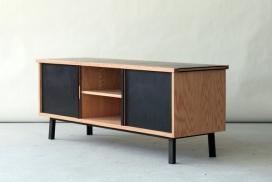 餐具柜-有三个独立的隔间和滑动面板门展示了一个通用的开放式和封闭式的空间组合。
