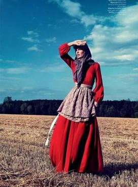 L'Officiel荷兰-卡罗琳-质朴之美的时装-模特扮演的本世纪60年代的角色,让人想起一个意大利女人的母亲
