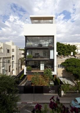 特拉维夫联排别墅-一个黑色的钢楼梯连接房屋,并在屋顶上增加了一个私人露台和游泳池-以色列建筑师Pitsou Kedem作品