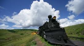 蓝天下的复古蒸汽机火车