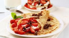 新鲜的草莓煎饼