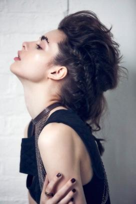 黑发美女演绎波西米亚风格礼服-闪发光的背心,丰富的刺绣和时尚拍摄