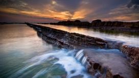 日落大海的岩石流