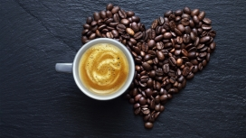 心形艺术咖啡拼图与咖啡杯