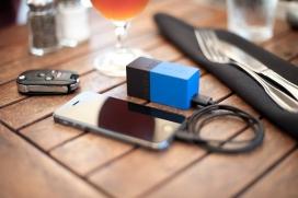 一个小壁式USB充电器和一个内置3000mAh的锂离子备用电池,它配备了折叠式插脚,可以方便旅行携带,可以为你的智能手机,平板电脑,MP3播放器,傻瓜相机提供电源动力