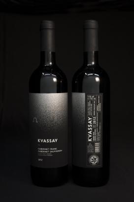 https://www.2008php.com/Kvassay葡萄酒包装设计-采用了经典的黑白色设计