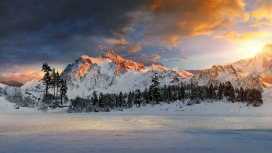 夕阳下的雪山峰