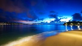 蓝色天空下的海洋沙滩美景