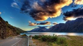 乌云下的河边公路